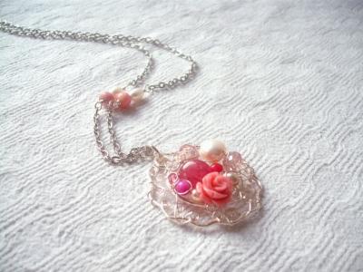 colier trandafiriu